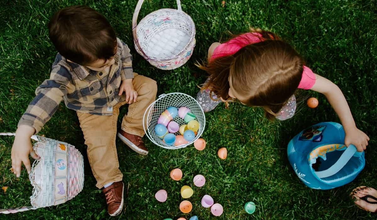 Niños buscando huevos de pascua